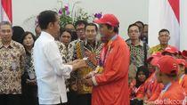 Canda Jokowi Saat Beri Bonus ke Atlet Asian Para Games: APBN Keluar Banyak