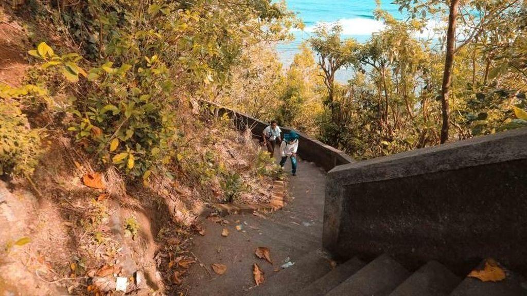 Melewati Ratusan Anak Tangga Demi Pantai Tersembunyi di Bali