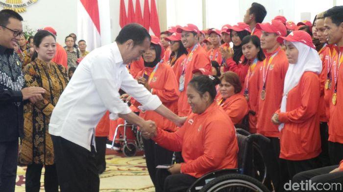 Presiden Jokowi memberikan bonus kepada atlet Asian Para Games 2018 (Foto: Niken Purnamasari)