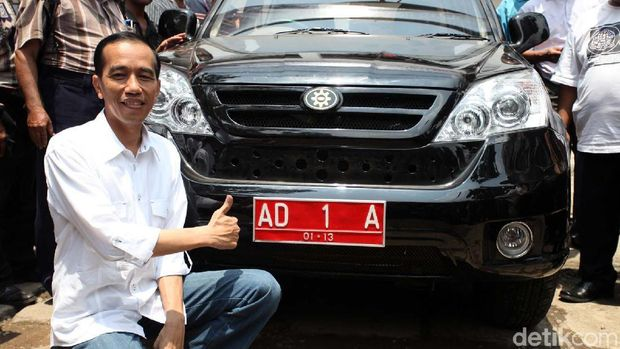 Joko Widodo mengantarkan Esemka uji emisi ke Serpong beberapa tahun lalu
