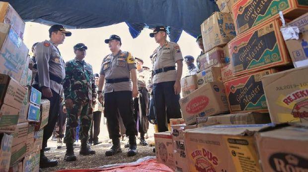 Istri Polisi-TNI Bahu Membahu Memasak untuk Korban Gempa di Sapudi