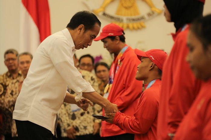 Bonus tersebut diberikan oleh Presiden Jokowi di Istana Negara Bogor, Jawa Barat, Sabtu (13/10/2018) dengan didampingi Direktur BRI Suprajarto untuk para atlet yang berhasil mengharumkan nama bangsa dalam ajang olahraga difabel terbesar di Asia, yakni Asian Para Games 2018 di Jakarta. Foto: dok. BRI