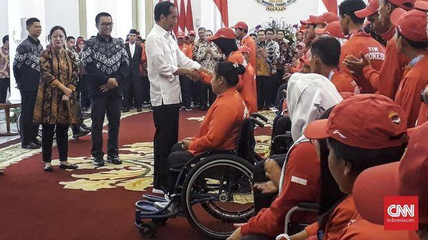 Presiden Jokowi ketika memberikan bonus untuk atlet peraih medali Asian Para Games 2018.