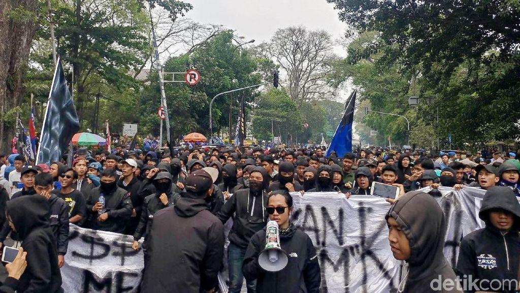 Ribuan Bobotoh Gelar Aksi Bandung Melawan di Gedung Sate