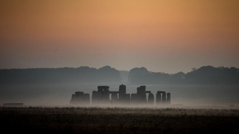 STONEHENGE, ENGLAND - OCTOBER 10:  Mist surrounds the stones at Stonehenge near Salisbury as dawn breaks on October 10, 2018 in Wiltshire, England. Many parts of the UK are experiencing temperatures almost 10C higher than average which could see the hottest October day for many years. However, the settled weather is forecast to be replaced by much more wet and windy conditions at the weekend, forcing the Met Office to issue weather warnings, as the UK braces itself for Storm Callum with 80mph winds and 120mm of rain. (Photo by Matt Cardy/Getty Images)