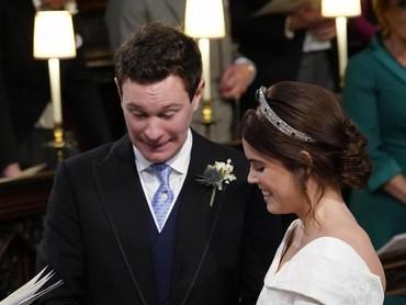 Ups, saking tegangnya sampai cincin sulit masuk ke jari Putri Eugenie nih. He-he-he. (Foto: Danny Lawson - WPA Pool/Getty Images)