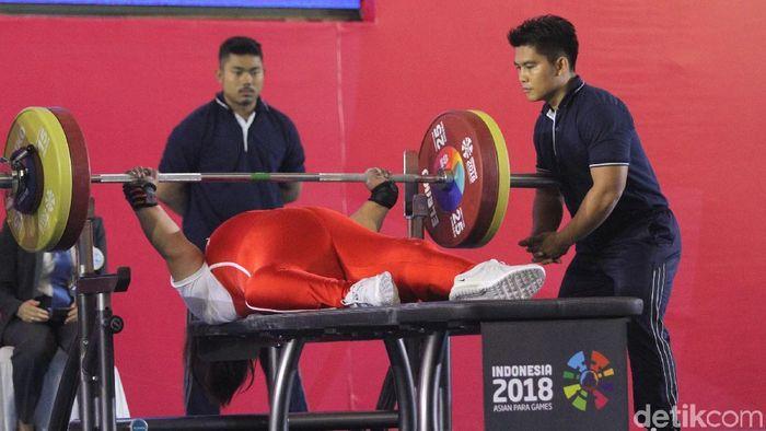 Loarder berperan penting untuk keselamatan atlet angkat berat di Asian Para Games 2018. (Foto: Rifkianto Nugroho)
