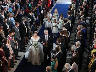Putri Eugenie berjalan menyusuri capel didampingi ayah tercinta diikuti para pengiring pengantin cilik yang menggemaskan. (Foto: Yui Mok - WPA Pool/Getty Images)