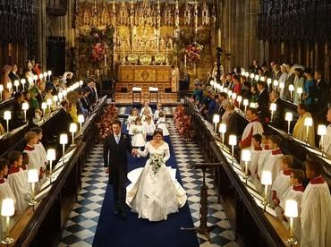 Putri Eugenie dibantu pengiring laki-laki dan perempuan cilik dari keluarganya, termasuk Putri Charlotte dan Pangeran George. (Foto: Jonathan Brady - WPA Pool/Getty Images)