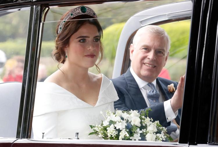 Pengantin Putri Eugenie dari York bersama ayahnya Pangeran Andrew, Duke of York tiba di St. Georges Chapel pada 12 Oktober 2018 di Windsor, Inggris. (Foto: Chris Jackson/Getty Images)