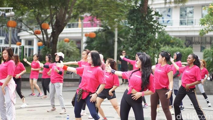 Komunitas Lovepink menggelar zumba untuk mencerminkan gaya hidup sehat agar terhindar dari risiko kanker payudara. Foto: Annissa/detikHealth