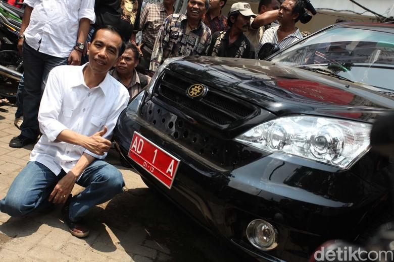 Jokowi saat menjadi Wali Kota Solo menggunakan Esemka sebagai kendaraan dinas. Foto: Rachman Haryanto