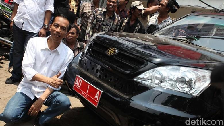 Jokowi saat mengantar Esemka uji emisi Foto: Rachman Haryanto
