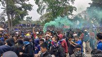 Kecewa PSSI, Ribuan Bobotoh Melawan dengan Birukan Gedung Sate