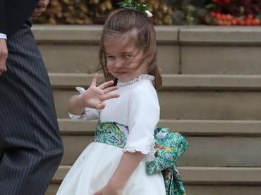 Kondisi berangin kencang tak menyurutkan semangat Putri Charlotte untuk jadi pengiring pengantin. (Foto: Steve Parsons - WPA Pool/Getty Images)