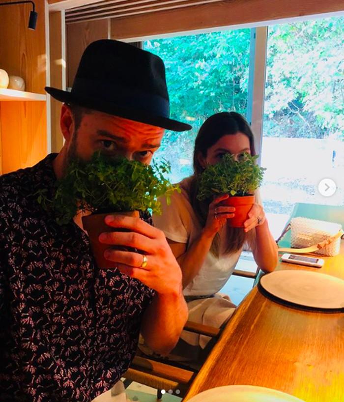 Kompak bersama suami, Jessica santap di restoran Noma, Copenhagen yang tersohor. Mereka bukan memegang pot tanaman biasa melainkan sup kentang dengan daun-daunan di atasnya. Unik banget ya? Foto: Instagram jessicabiel