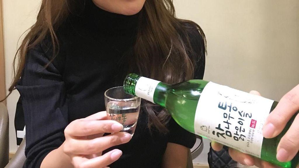 Pose Asyik Kim Hee Sun Saat Makan dan Gaya Menteri Susi Makan Ikan Lemuru