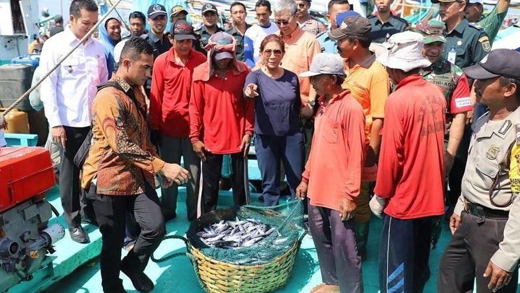 Begini Gaya Nyentrik Susi Pudjiastuti Saat Sarapan Ikan Lemuru di Bali