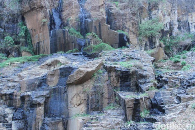 Inilah Curug Batu Templek, curug yang disangka buatan manusia, padahal cantik alami ciptaan Tuhan. (Wisma/detikTravel)