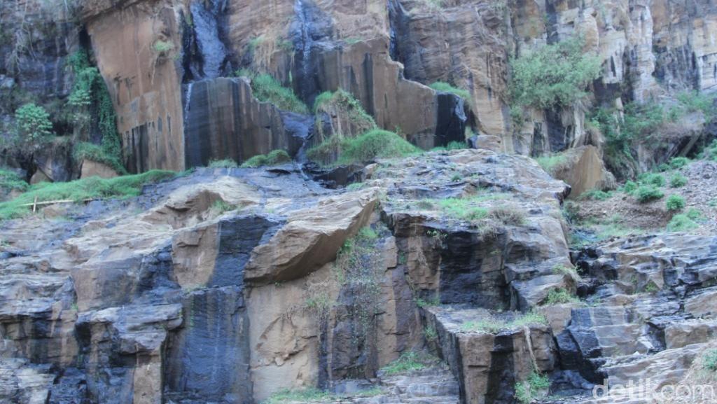 Bukan Buatan Manusia, Curug Batu Templek di Bandung Cantiknya Alami