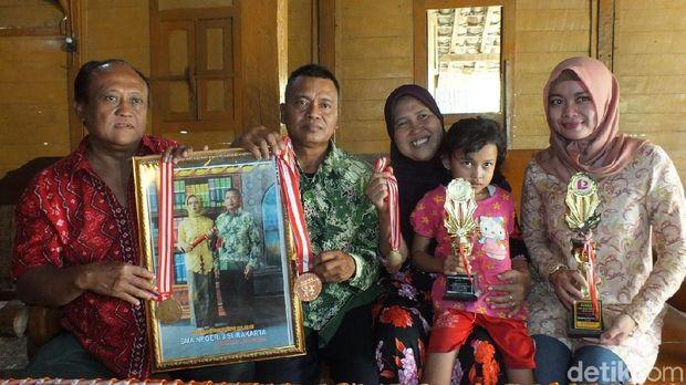 Keluarga Sri Sugiyanti, peraih empat medali Asian Para Games 2018.
