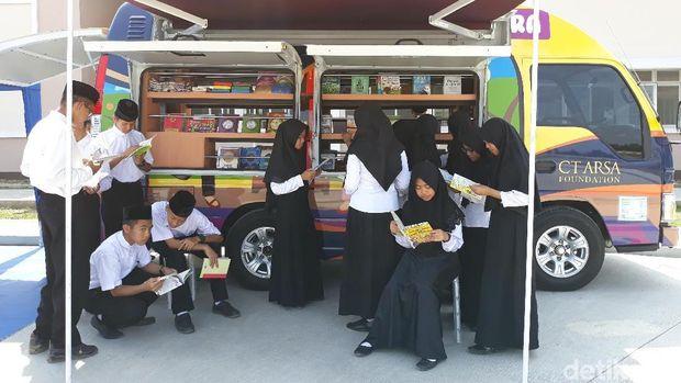 CT ARSA Foundation Serahkan Mobil Iqro untuk Warga Sukoharjo