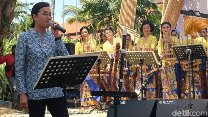 Menkeu Sri Mulyani menikmati suasana dihari terakhir acara pertemuan tahunan IMF-WB di Paviliun Indonesia. Ia pun ikut bernyanyi bersama di panggung budaya tersebut.