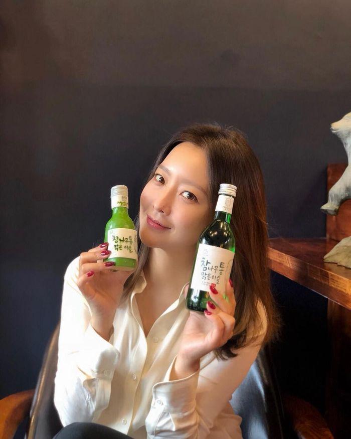 Siapa yang tak kenal dengan Kim Hee Sun, aktris senior ini kerap beradu akting dengan artis muda tampan. Salah satunya Lee Min Ho dalam serial drama berjudul Faith. Foto: Instagram lovely.katie.k