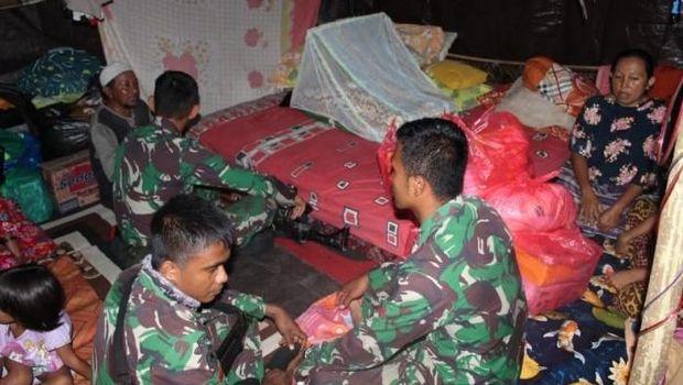 Satgas Divisi Infanteri 3 Kostrad mendatangi lokasi lahirnya bayi kembar 3 di pengungsian Donggala.