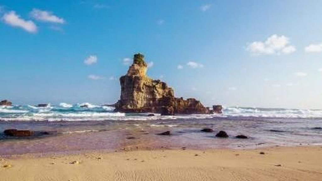 Pantai Berpasir Putih dengan Karang Menjulang di Lautan, Ada di Pacitan