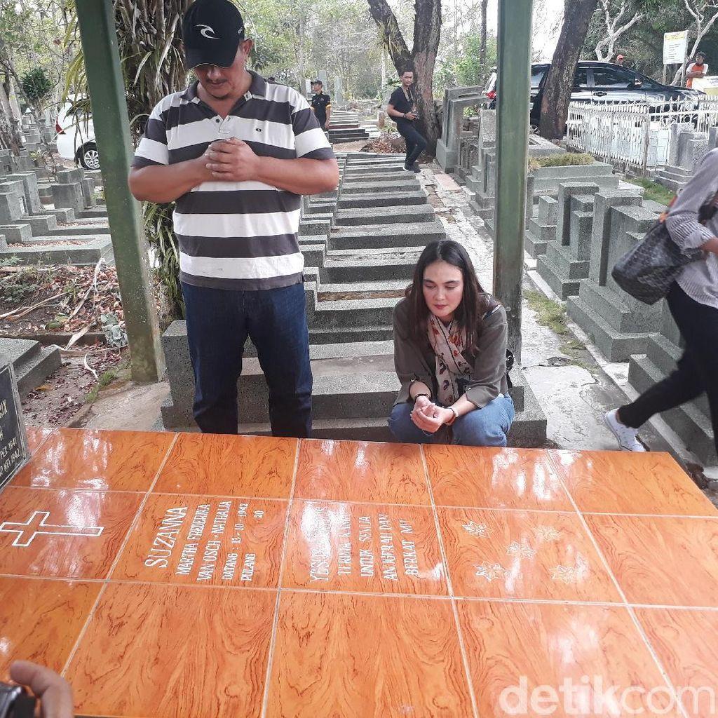 Jelang Perilisan Film Baru, Luna Maya Kunjungi Makam Suzzana