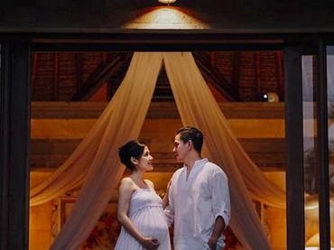Keduanya suka jalan-jalan. Pilihan liburan Rasti yang sedang hamil yakni ke Bali. (Foto: Hastriadi Ragil melalui Instagram @ardinarasti6)