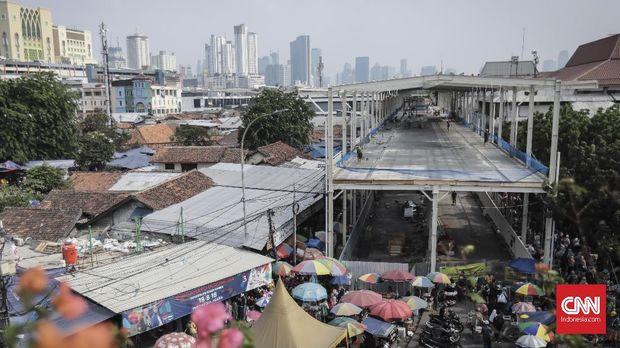 Konstruksi skybridge Tanah Abang, Jakarta (14/10).
