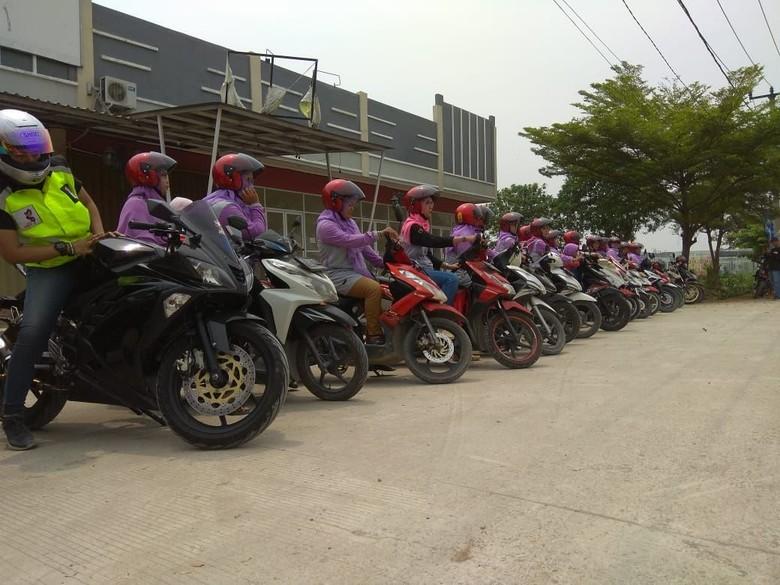 Sosialisasi Pentingnya Helm untuk Emak-emak naik motor. Foto: Dok. VixBec