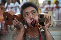 Bukan Aksi 'Debus', Festival Vegetarian di Thailand Ini Tusuk Pipi Pakai Pisau