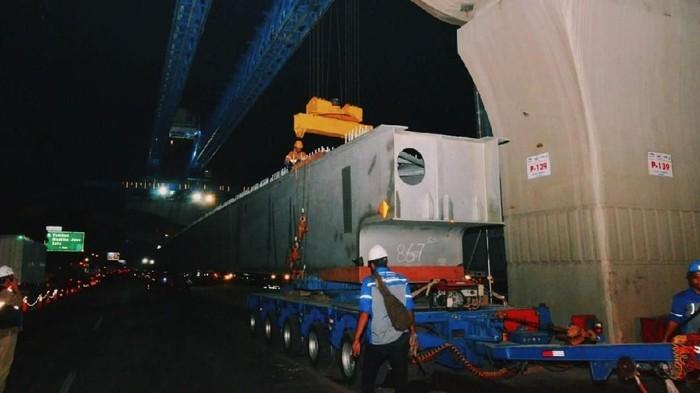 Pembangunan jalan tol Jakarta-Cikampek 2 Elevated atau Japek Layang telah mencapai 49,4%. Menteri PUPR pun sempat blusukan mengecek proyek tersebut.