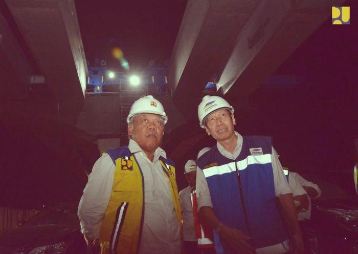 Menteri PUPR Basuki Hadimuljono saat blusukan mengecek proyek Jakarta Cikampek Layang, Sabtu malam (13/10/2018). Dok. Kementerian PUPR.