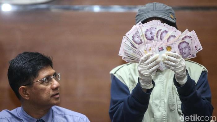 KPK menunjukkan barang bukti suap Bupati Bekasi. (Ari Saputra/detikcom)