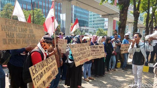 Demo warga Pulau Pari di depan kantor Ombudsman, Senin (15/10/2018)
