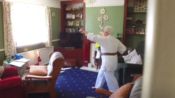 Di kediamannya Ede berlatih beragam ilmu bela diri mulai dari taekwondo hingga karate. (Foto: BBC)