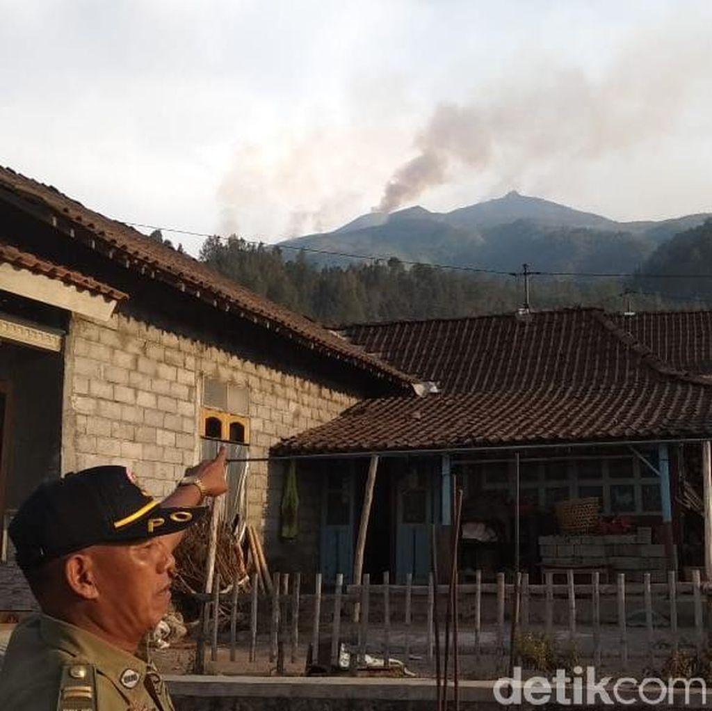 Pemadam Kebakaran di Merbabu Pasang Sekat Agar Api Tak Merembet