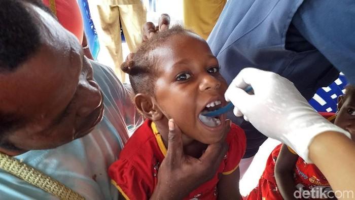 Pemberian obat cacing untuk mencegah kaki gajah di Papua. (Foto: detikHealth/Khadijah Nur Azizah)