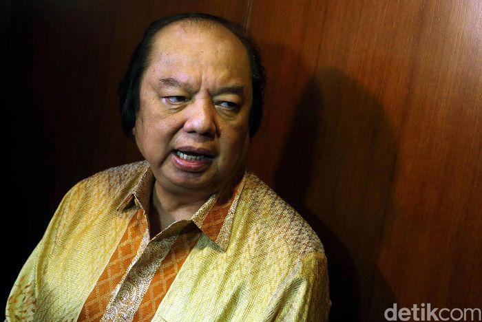 Dato Sri Tahir, Pengusaha nasional yang juga salah satu orang terkaya Indonesia hari ini menukar dolar AS dan dolar Singapura ke rupiah senilai Rp 2 triliun.