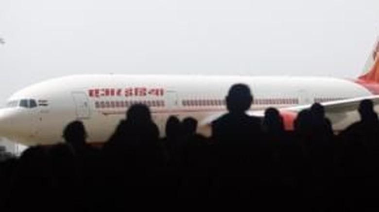 Ngeri! Pramugari Air India Tergelincir dan Jatuh dari Pesawat