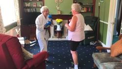 Di usia 75 tahun Ede Smith dari Great Dalby, Inggris, memilih menekuni olahraga bela diri untuk mengisi waktu luangnya. Ia pun dijuluki sebagai nenek ninja.