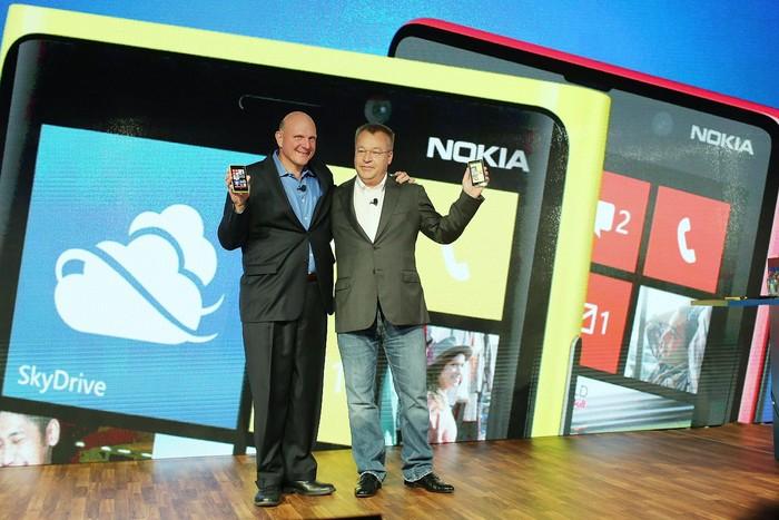 Steve Ballmer dan Stephen Elop. Foto: Getty Images
