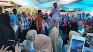 Aksi Sandiaga Naik Kursi saat Resmikan Rumah Pemenangan di Ciamis