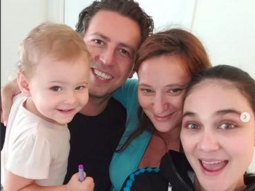 Cheese! Luna Maya berfoto bersama saudaranya yang memiliki seorang anak. Saudaranya itu tinggal di Amerika Serikat. (Foto: Instagram @lunamaya)