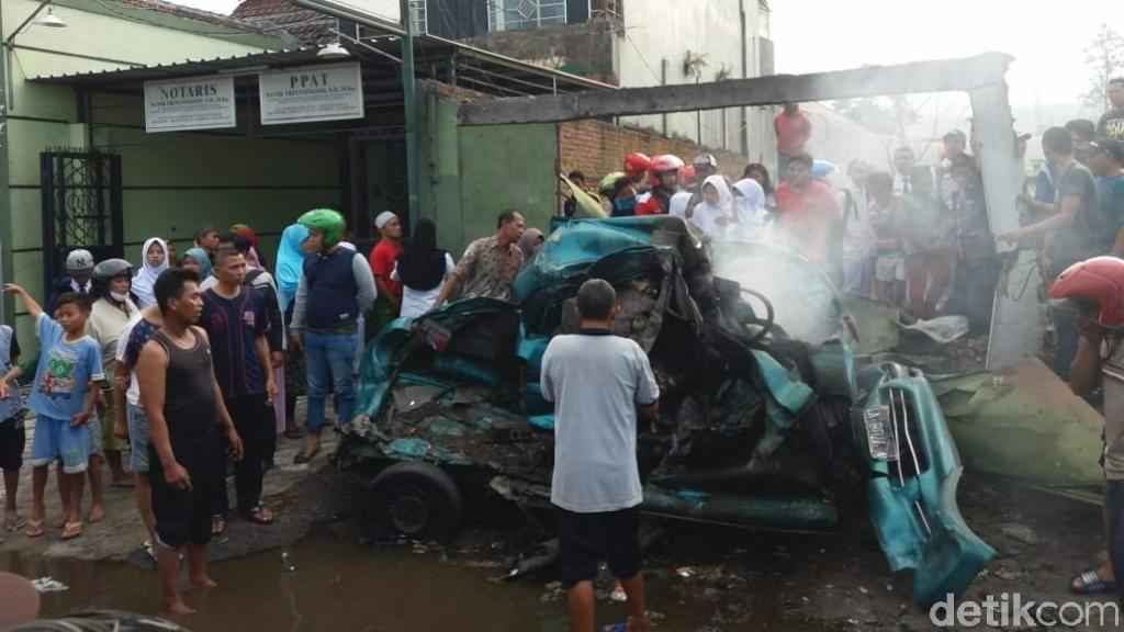 Mobil Terbakar Setelah Ditabrak Truk, 3 Orang Tewas