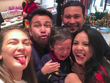Rafathar ngambek kenapa sih, Nak? Mending foto sama tanteLuna Maya dulu yuk. He-he-he. (Foto: Instagram @lunamaya)